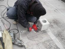 ①太陽光を設置する為の架台工事。ひとつひとつ丁寧に作業します。