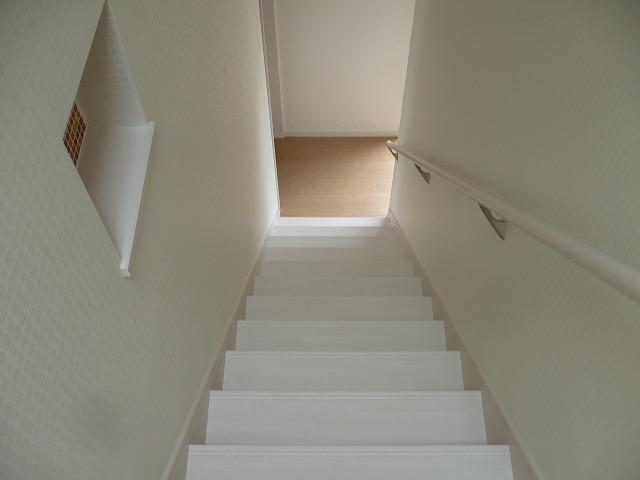 階段 途中にあるモザイクタイルの飾り棚がポイントです。