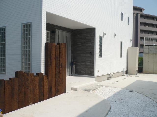 玄関まわりとバルコニーまわりはニチハの最高級の外壁材を使用しています。