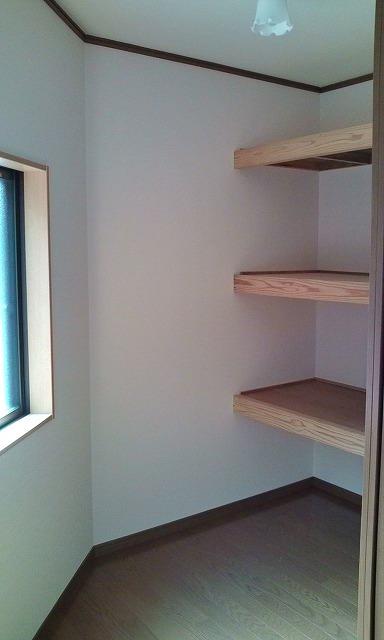 三角形になっていた角を四角にすることにより、収納スペースができました。