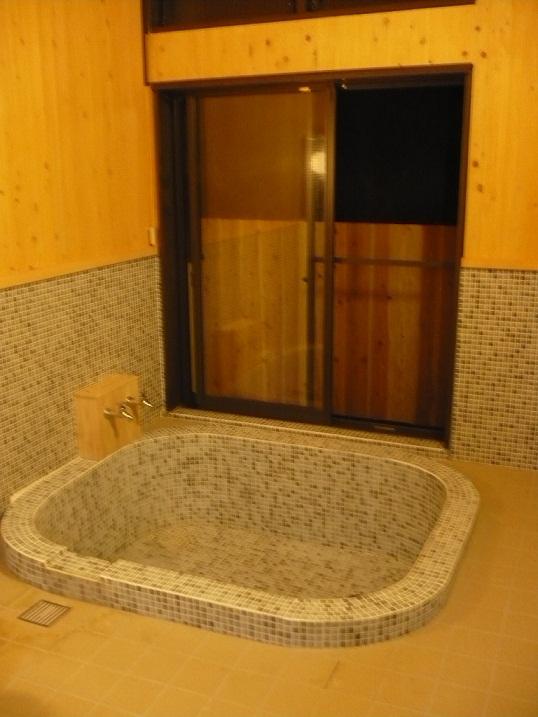 こちらの家族風呂はモザイクタイルを使用し、やわらかく見えるように浴槽の角を丸くしました。