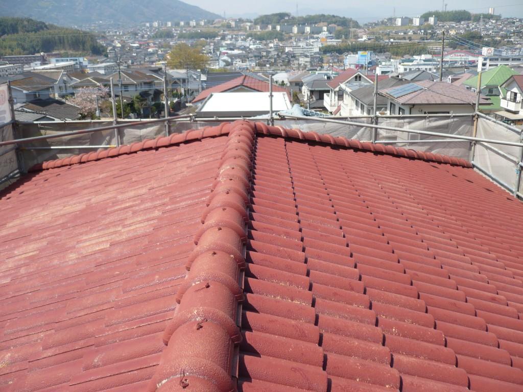 ①施工前 老朽化がすすみ、瓦のハゲや浮きが見受けられます。