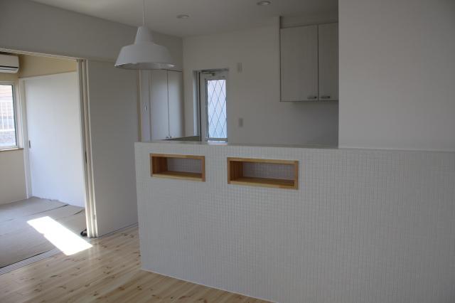 キッチン裏面は、真っ白なタイル貼りです。