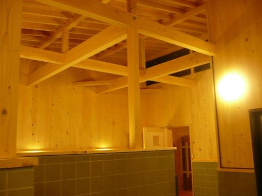 天井・壁はヒノキを使用しています。