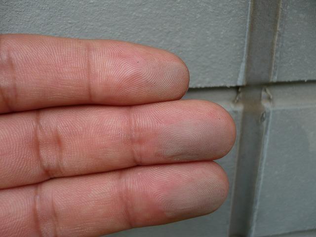 ①施工前 手で触ると、色落ちしているのがよくわかります。