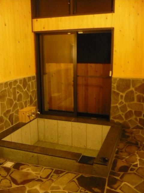 こちらの家族風呂は十和田石を使用しています。