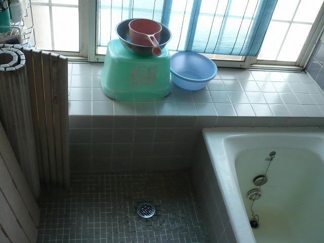 ①施工前 浴室 冷たいタイル貼りでした。