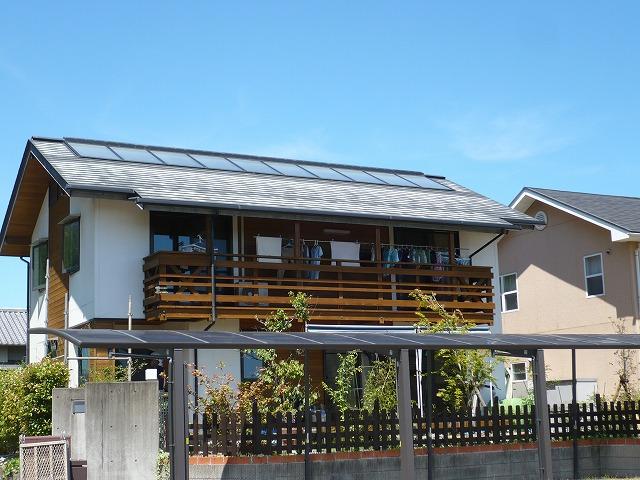 ①施工前 黒系だった屋根の色がはげてしまい、遠目に見ても白くなっているのがわかります。