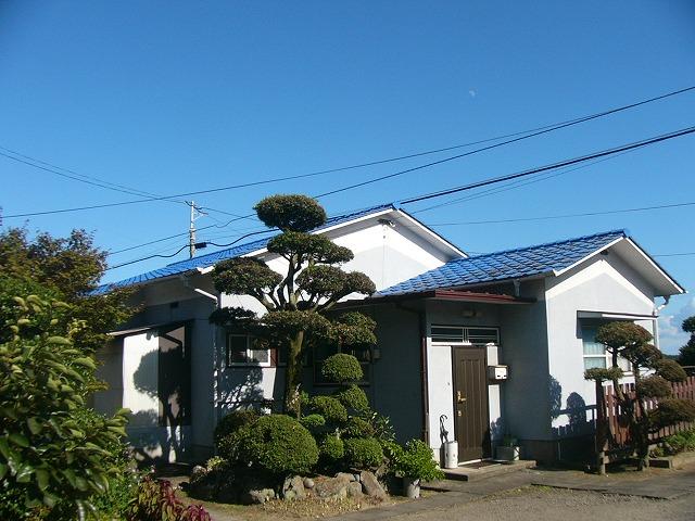 ①施工前 見た目はきれいに見えますが、特に屋根は色もはげ、このまま放っておくといつ雨漏れがしてもおかしくない状態でした。