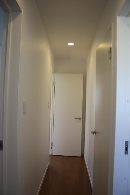 廊下 御施主様のこだわりで、建具も真っ白です。