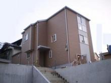 【福岡市】全体に濃いブラウン系のサイディングを貼り、重量感のある建物に仕上がりました。