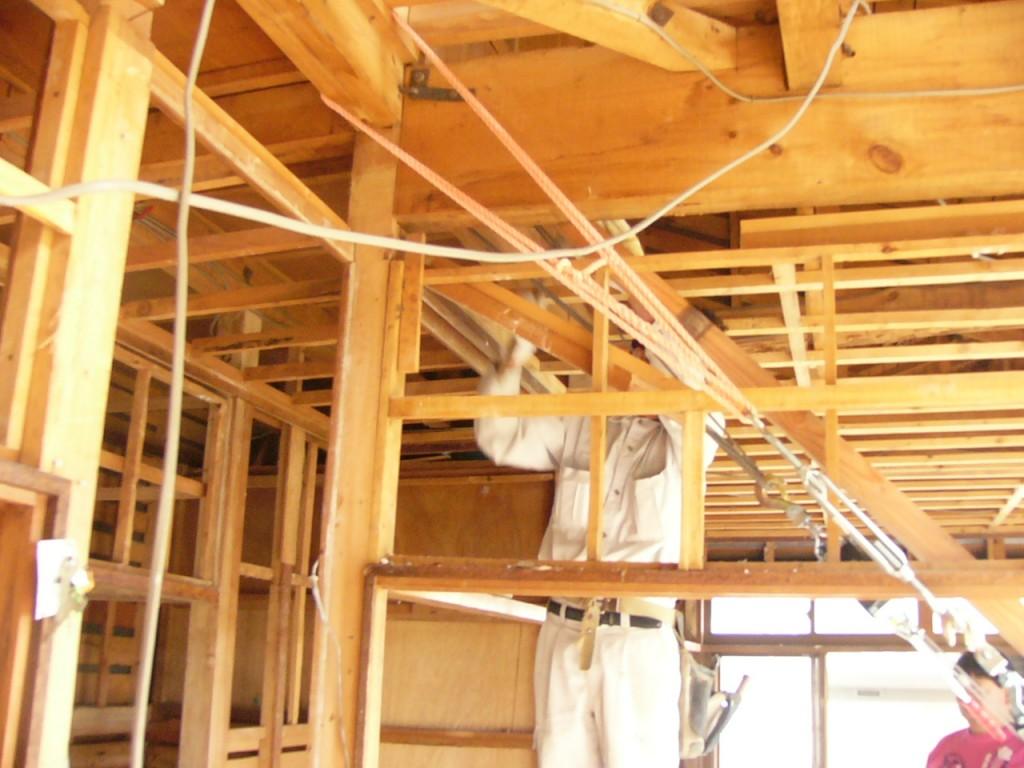 地盤沈下のため家が60ミリ傾いていました。土台を持ち上げ地盤改良しその後家の中からタチを矯正しています。