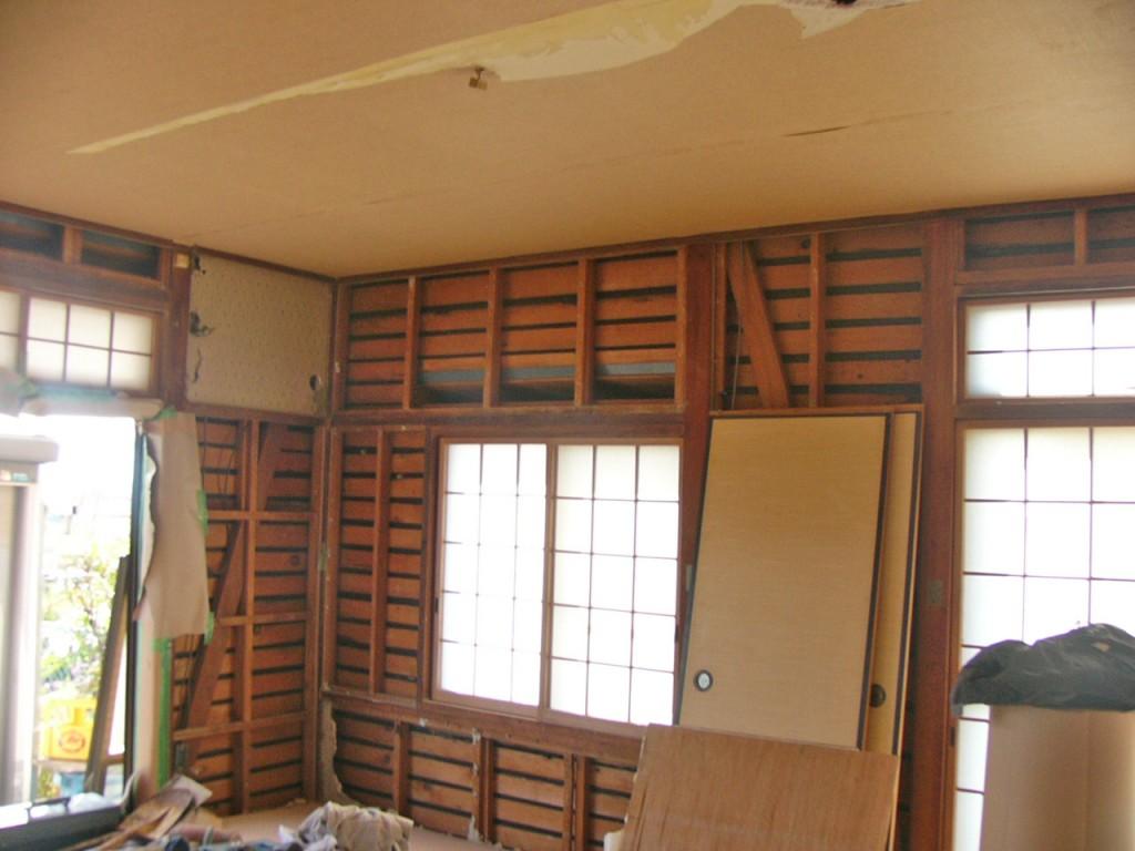 解体中です。こちらのお家は内部全面改装工事を致します。しかし…実際、床に立ってみたら結構違和感があります。
