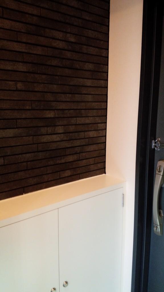 施工後②・下足入れも新設しました。玄関は渋めのデザインの内装材で仕上げました。