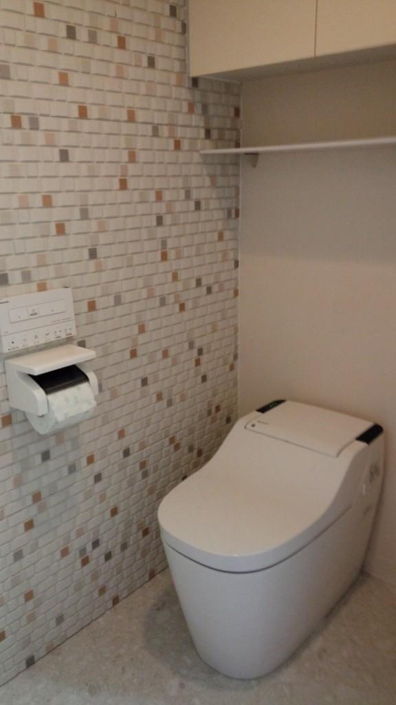 施工後・パナソニックのアラウーノに交換し壁も床もデザインパネルに貼り替えました。