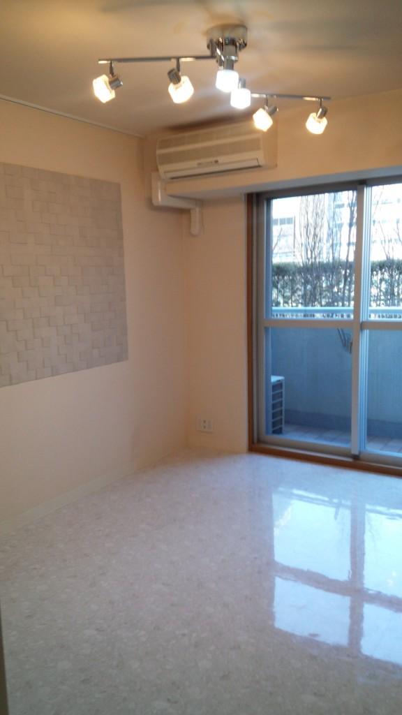 施工後・壁には調湿機能をもつエコカラットを貼りました。照明はLEDに変更しました。