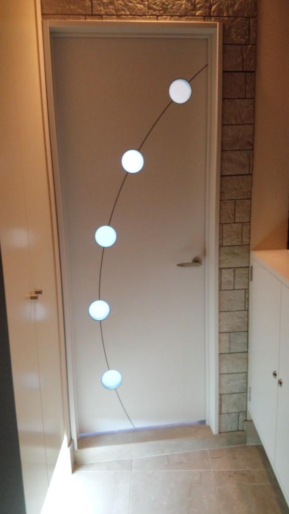 施工後・玄関側より下足入れ下の間接照明、ドアのデザイン窓からの光も雰囲気を出しています。
