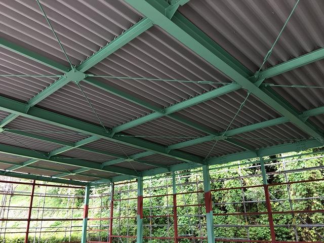 13屋根板金葺き完了、鉄骨塗装状況