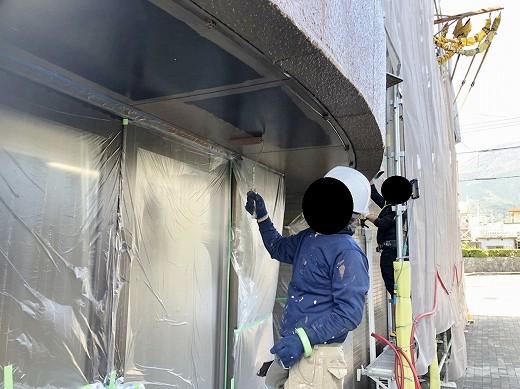 軒天塗装施工中 (30)