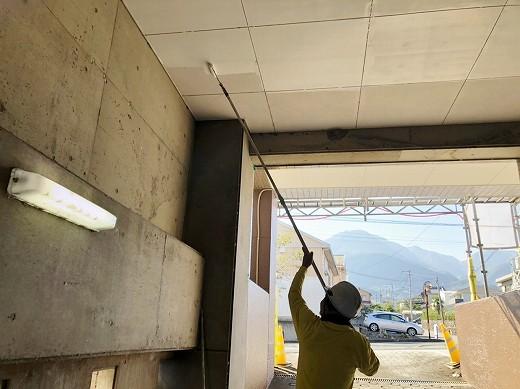 軒天塗装施工中 (31)