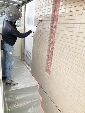 外壁磁器タイル塗装施工中 (18)