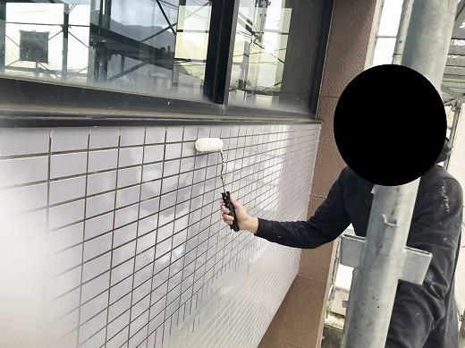 外壁磁器タイル塗装施工中 (26)